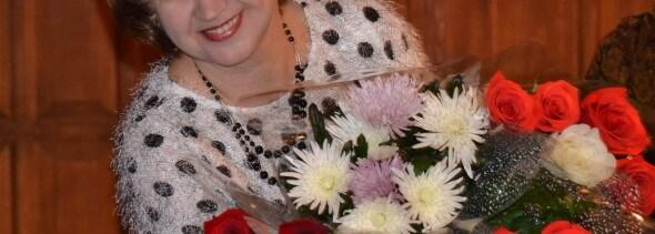 Психолог Надежда Майсак с букетами цветов на юбилее